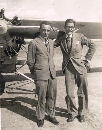 A la izquierda, José Maria Carreras, acompañado por Salvador Farrá, junto al biplaza en tandem Romeo-Fiat 95 hp con el que volaron a Canarias del 9 al 18 de marzo de 1931 / Foto: Cedida por Pere Ribalta i Puig