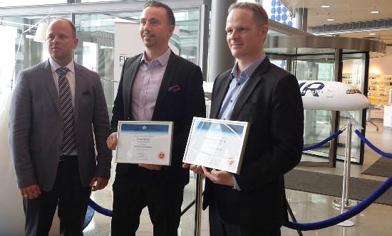 Raimonds Gruntis, gerente de área de IATA para países nórdicos y el Báltico; Juha Järvinen, director comercial de Finnair; y Antti Kuusenmäki, vicepresidente de Finnair Cargo; durante la entrega de la certificación CEIV Pharma de IATA a Finnair
