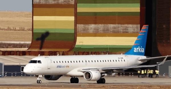 El Embraer 190 de Arkia, el viernes 26 en Lleida / Captura de pantalla del vídeo