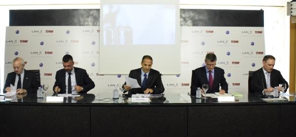 Las autoridades y directivos de Aena y LATAM, durante la presentación de la nueva ruta