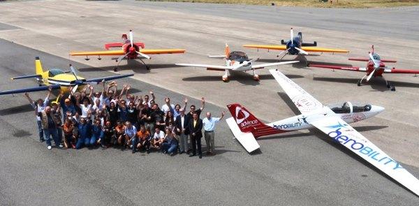 Foto de grupo de los participantes, junto a las aeronaves