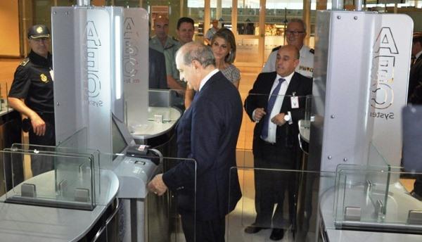 El ministro del Interior, Jorge Fernández Díaz, verifica el funcionamiento del nuevo equipamiento
