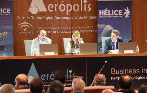 Miguel Ángel Morell (director de Ingeniería de aviones militares de Airbus DS), Susana Díaz (presidenta de la Junta de Andalucía), y Antonio Gómez-Guillamón