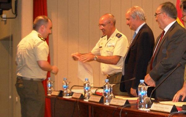 Entrega del Diploma a un Oficial del Ejército de Tierra (egresado del Máster en la modalidad de ala rotatoria).