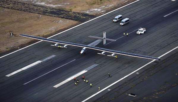 El Solar Impulse 2, tras aterrizar en la pista de Kal