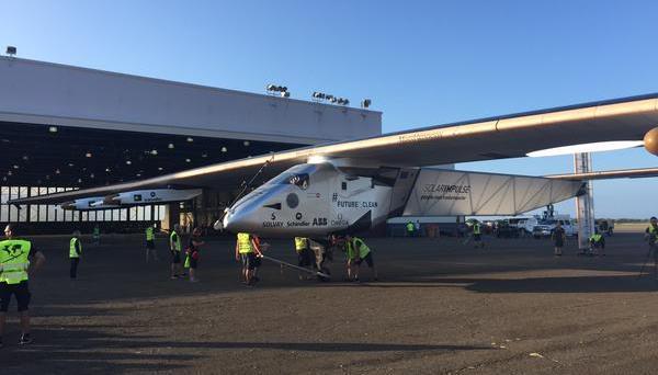 El personal de la organización traslada el avión a un hangar