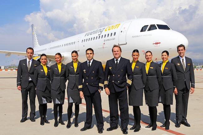 Tripulación de Vueling junto a un A321 de la compañía / Vueling