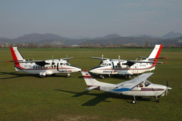 Foto de Dubnica Air, en la que aparecen dos LET 410