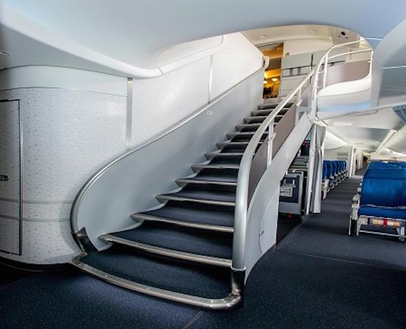 Escaleras de acceso a la cubierta superior / Foto: Boeing