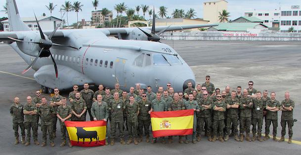 La tripulación y el T.21 del Destacamento Mamba / Ministerio de Defensa