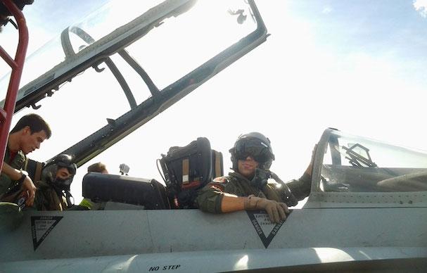 Ala izquierda de la imagen, dentro del F-18, Mavericks Viñales / Ministerio de Defensa