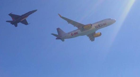 F-18 y A320 de Vueling / Festa al Cel