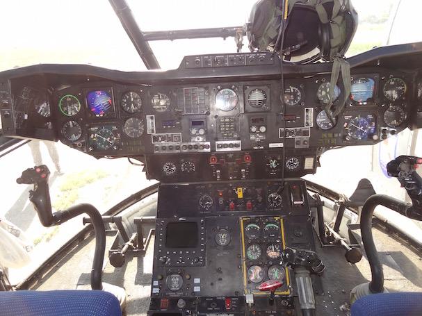 Cockpit de un helicóptero Puma del Escuadrón 801, similar al siniestrado / JFG - AeroTendencias.com