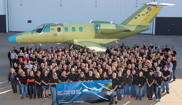 Empleados de Cessna posan junto al ejemplar 100 del Citation M2