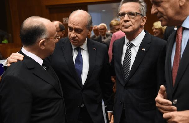 Jorge Fernández conversa con el ministro de Interior de Francia,