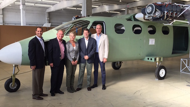 A la izquierda los cuatro directovos de Cape Air y a la derecha paolo Pascale, director de Tecnam