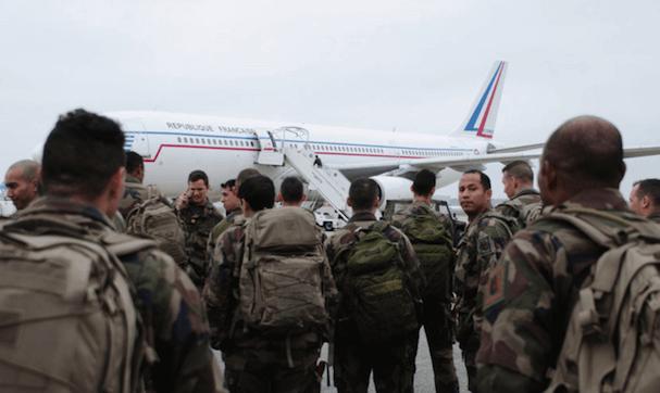 Paracaidistas franceses, junto a un A340, el sábado en Toulouse
