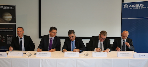 Momento de la firma del contrato / Airbus Defence and Space