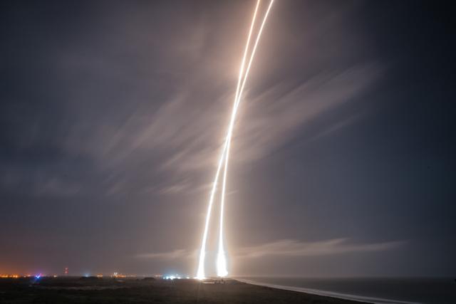 Fotografía de larga exposición en la que se muestra el trazo del despegue y el del aterrizaje / SpaceX