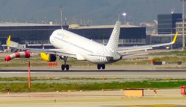 Un avión de Vueling aterriza en el aeropuerto de Barcelona