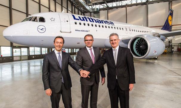De izquierda a derecha Fabrice Brégier, presidente de Airbus, Carsten Spohr, presidente de Lufthansa y Robert Leduc, president de Pratt & Whitney / Airbus