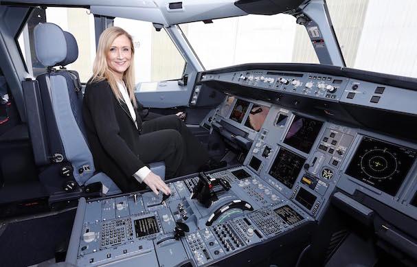 Cristina Cifuentes, en el cockpit del A330-200 de iberia / Foto: D.Sinova