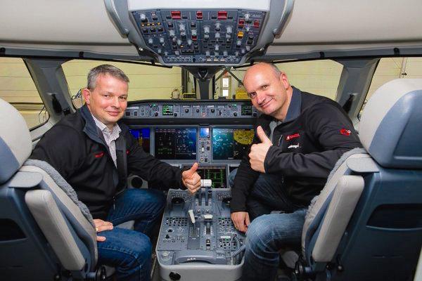 Pilotos de Swiss, en el cockpit de un CS100, en Maribel (Québec) / Bombardier