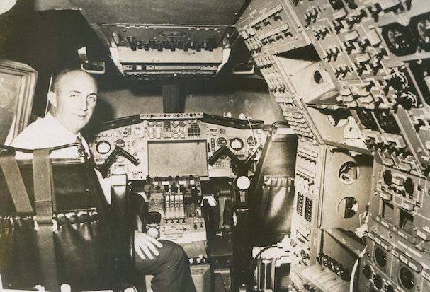 André Turcat, fotografiado en el simulador del Concorde en 1968