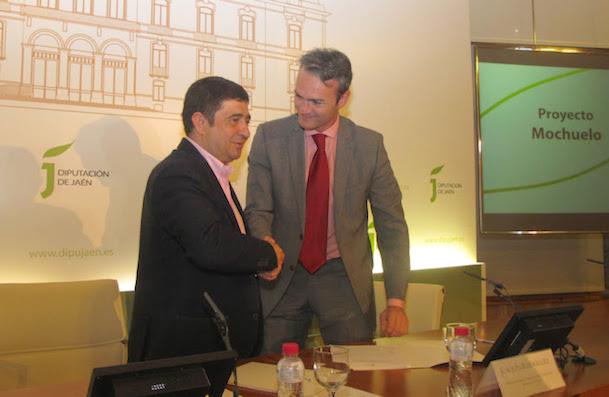 Firma del acuerdo entre el presidente de la Diputación de Jaén, Francisco Reyes; y el director de FADA, Joaquín Rodríguez Grau
