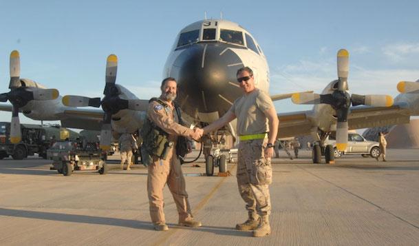 El Jefe del Destacamento Orión felicita al subteniente Bau, a la izquierda de la foto / Ejército del Aire