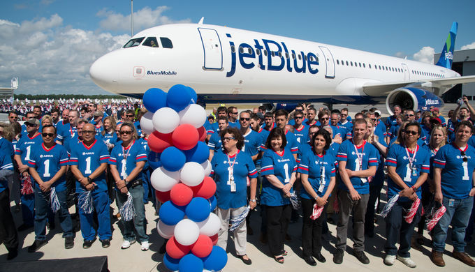 Empleados de Airbus junto al primer avión ensamblado en Estados Unidos / Airbus