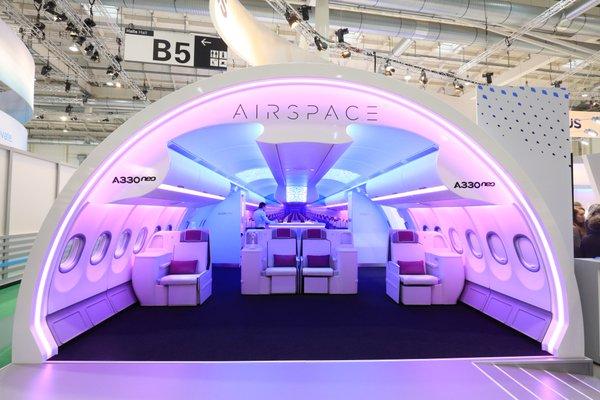 Maqueta de la cabina del A330neo expuesta en Aircraft Interiors Expo / Airbus