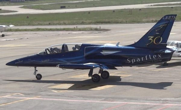 Uno de los dos L-39 Albatros, ayer en el Aeropuerto de Sabadell
