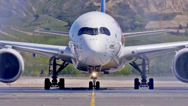 El A350 de LATAM, ayer en el Aeropuerto de Madrid - Barajas / LATAM