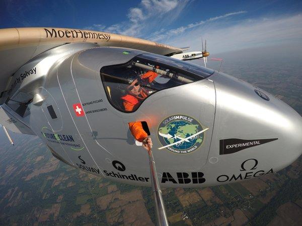 Selfie de Bertand Piccard durante el vuelo / Solar Impulse