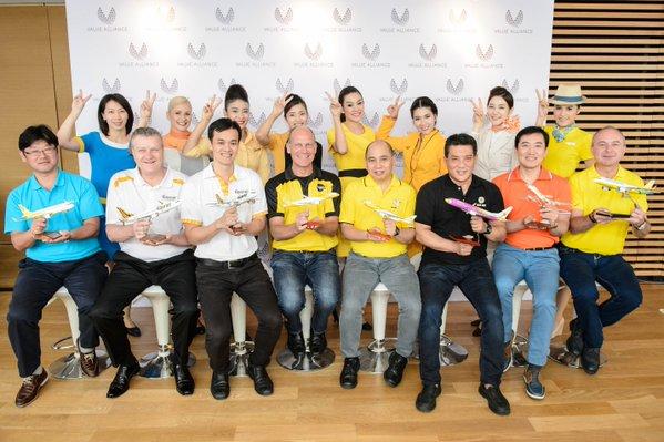 Foto de grupo de representantes de las ocho compañías y azafatas