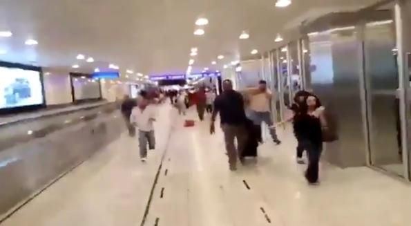 Un grupo de personas corre por uno de los pasillos del aeropuerto después del atentado