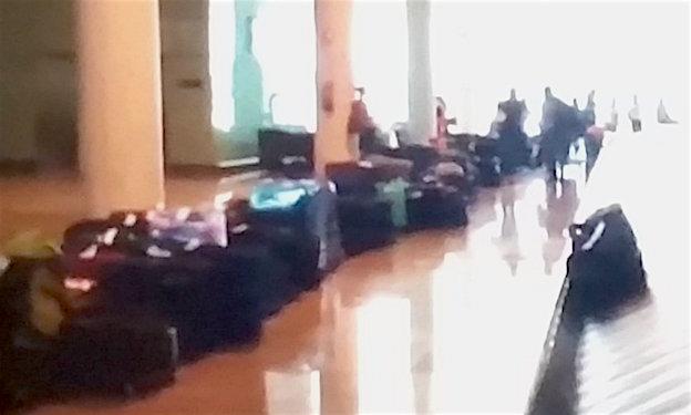 Maletas acumuladas en el aeropuerto de Barcelona-El Prat / Captura pantalla vídeo TV3