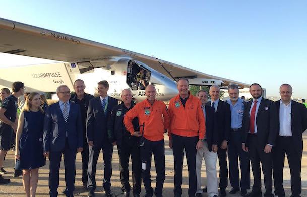 segundo por la izquierda: Arsenio Fernández, director de la Región Sur de ENAIRE junto al director del Aeropuerto de Sevilla de Aena (cuarto por la izquierda), Jesús Caballero, y los pilotos Bertrand Piccard y André Borsberg