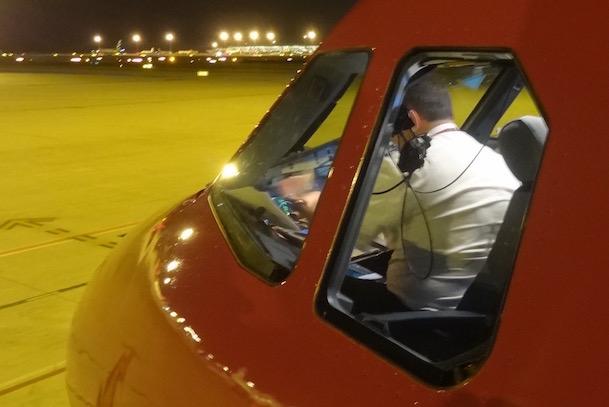 El piloto de un A320 de Wowair, antes de volar de Barcelona a Reykiavik