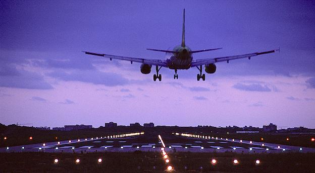 Aterrizaje de un avión en el Aeropuerto de Palma de Mallorca