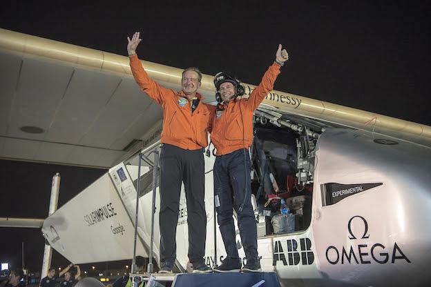 André Borschberg y Bertand Piccard, en Abu Dhabi tras completar la vuelta al mundo