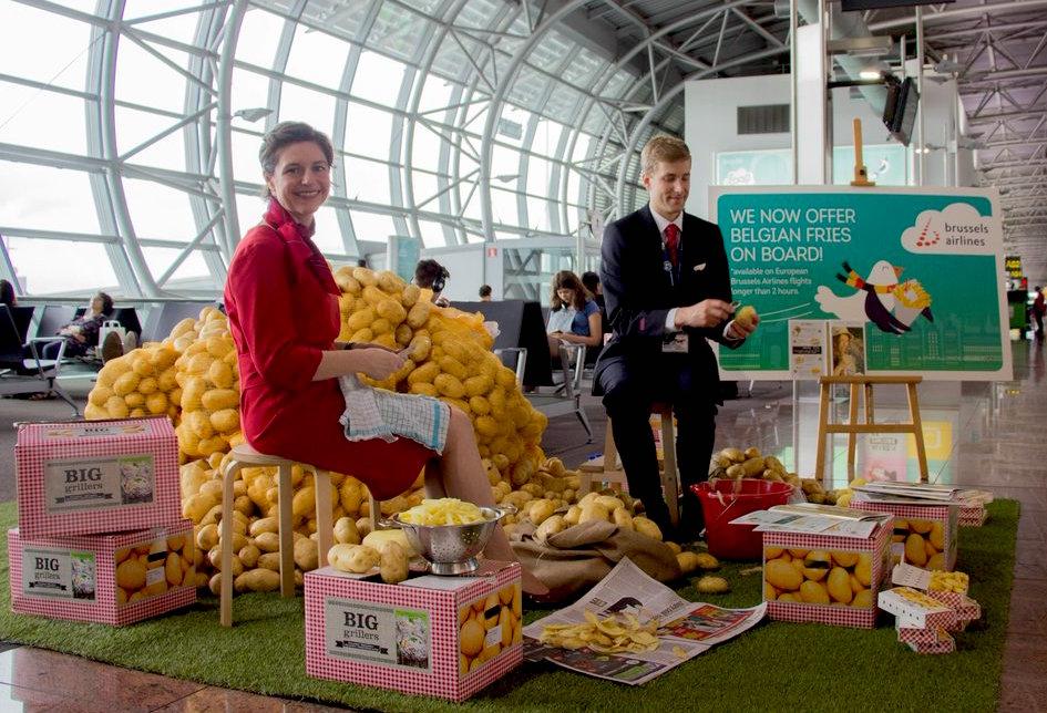 Simpática foto publicada en el Twitter de la aerolínea, en el que dos TCP pelan patatas en una terminal