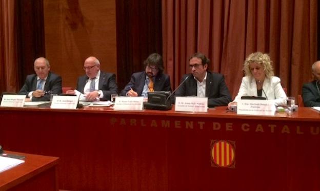 Los consejeros Baiget (segundo por la izquierda) y Rull (cuarto), en el Parlament de Catalunya