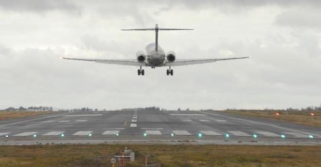 Aterrizaje de un avión en el Aeropuerto de Santiago / Aena
