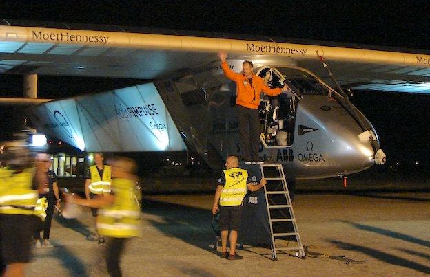 André Boerschberg, saluda antes de entrar en el Solar Impulse 2 e iniciar el vuelo