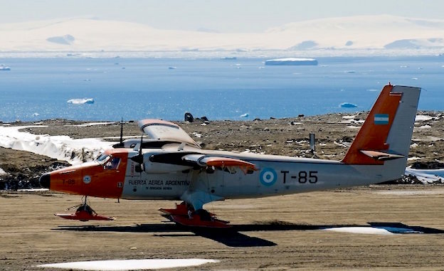 De Havilland Canada DHC-6-200 twin Otter, de la Fuerza Aérea de Argentina (T-85), el 19-1-2012 en el momento de aterrizar en la Base Marambio (Argentina / Antártida)./ Foto: Juan Manuel Barragán