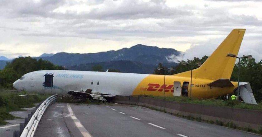 El avión se detuvo en una autovía próxima al aeropuerto