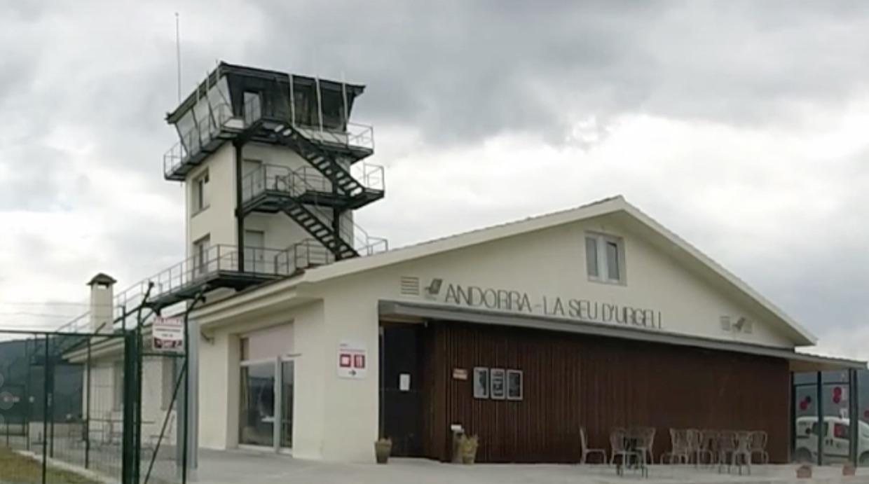 Edificio terminal y torre de control del Aeropuerto Andorra - La Seu