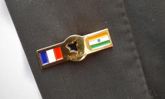 Pin conmemorativo de la firma del contrato / Twitter de Dassault Aviation